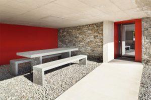 חדר עם הטבעת בטון וקירות אדומים