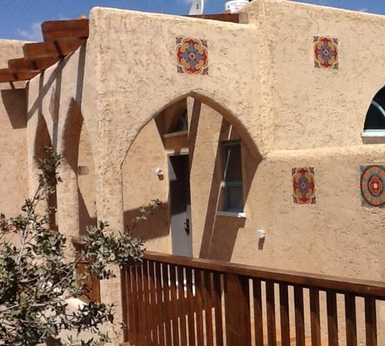 שימוש בגפן כורכרי ליצירת מרקם טבעי בקיר חיצוני