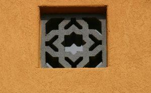 גרגמיש בצבע חמרה בקיר חיצוני